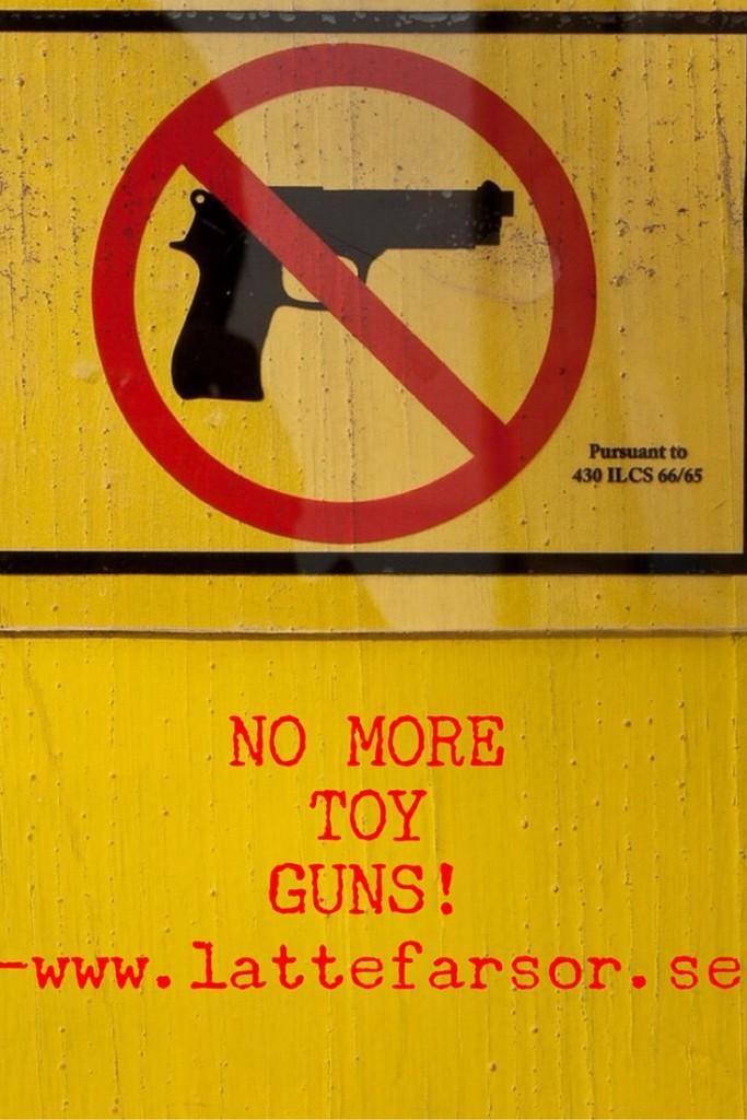 Leksaksvapen göder en macho våldskultur och hämmar barnens möjlighet att växa upp i i ett jämställt samhälle.