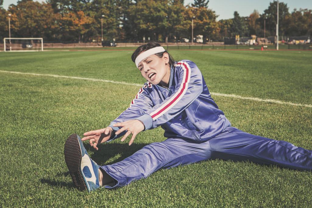 kvinna som stretchar efter träning, träning med spädbarn, pappablogg